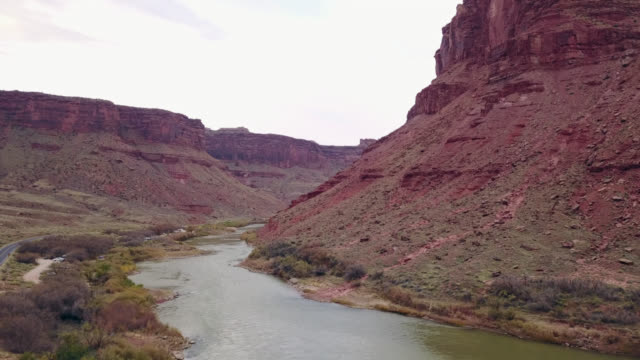 scenic aerial view of colorado river flowing through majestic sandstone canyon near moab, utah. - fluss colorado river stock-videos und b-roll-filmmaterial