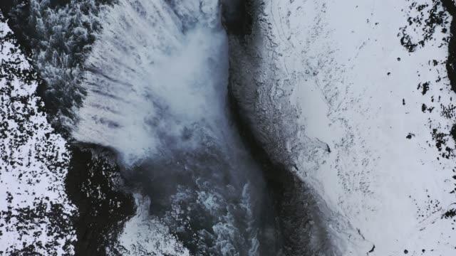 vidéos et rushes de superbe vue aérienne de la cascade dettifoss en hiver - islande