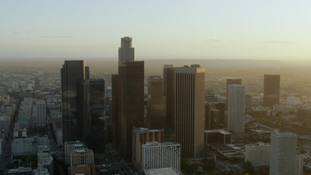 scenic aerial view of downtown los angeles at golden hour. - usバンクタワー点の映像素材/bロール
