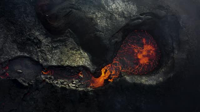 stockvideo's en b-roll-footage met toneel luchtmening van vulkaanuitbarsting fagradalsfjall in ijsland - lava