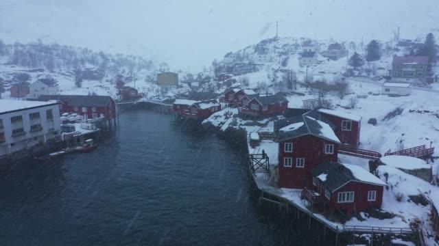 冬のロフォーテン諸島の漁業の町の風光明媚な空中写真 - 寒帯気候点の映像素材/bロール