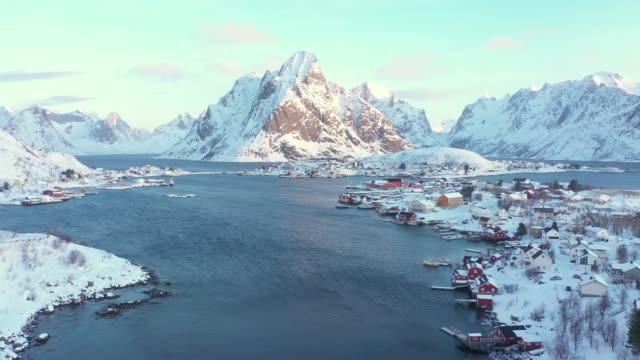 scenisk flygbild över fiskestaden reine på lofoten på vintern - polarklimat bildbanksvideor och videomaterial från bakom kulisserna