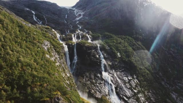 malerische luftaufnahme des gletscherflusses in norwegen - nationalpark stock-videos und b-roll-filmmaterial