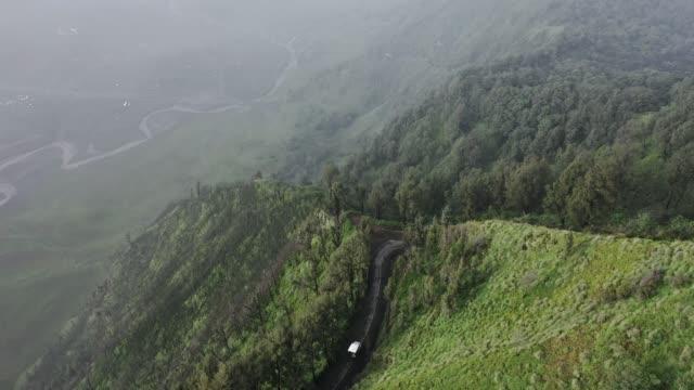 vidéos et rushes de vue aérienne scénique des jeeps sur la montagne près du volcan de bromo - 4x4