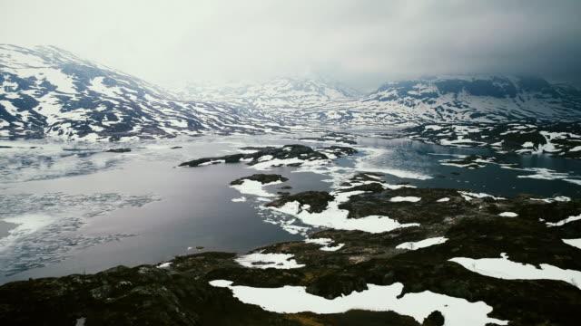 Mooie luchtfoto van lake in bergen bedekt met sneeuw