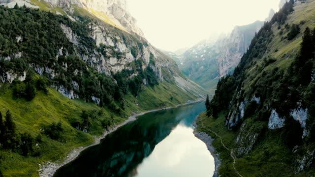malerische luftaufnahme des sees in bergen in der schweiz - frühling stock-videos und b-roll-filmmaterial