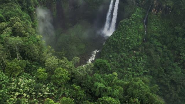 vídeos y material grabado en eventos de stock de vista aérea panorámica de la cascada madakaripura en java - java