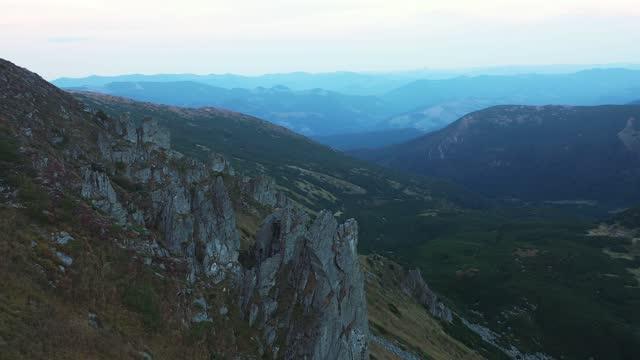 vídeos de stock, filmes e b-roll de vista aérea cênica dos picos das montanhas - forma da água