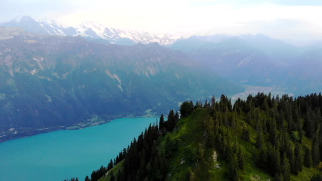 vídeos de stock e filmes b-roll de scenic aerial view of mountains near  the lake - switzerland