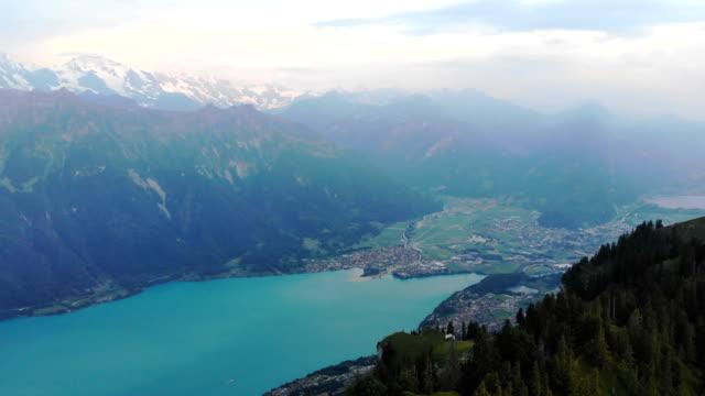 malerische luftaufnahme von bergen in der nähe des sees - tal stock-videos und b-roll-filmmaterial