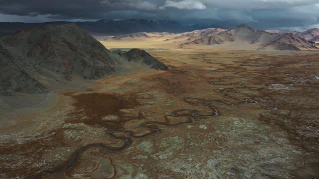 scenisk flygbild över floden i gobiöknen - mongoliet bildbanksvideor och videomaterial från bakom kulisserna