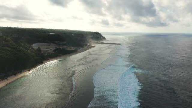 vidéos et rushes de vue aérienne scénique du bord de mer sur uluwatu, bali - bali