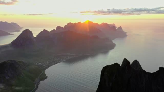 malerische luftaufnahme der insel senja in norwegen - dorf stock-videos und b-roll-filmmaterial