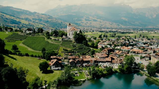 malerische luftaufnahme der stadt in schweizer alpen - dorf stock-videos und b-roll-filmmaterial