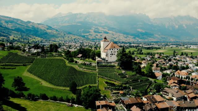 vídeos de stock e filmes b-roll de scenic aerial view of town in swiss alps - alpes europeus