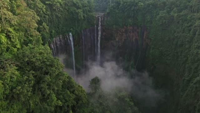 vídeos y material grabado en eventos de stock de vista aérea panorámica de la cascada tumpak sewu en java - zen
