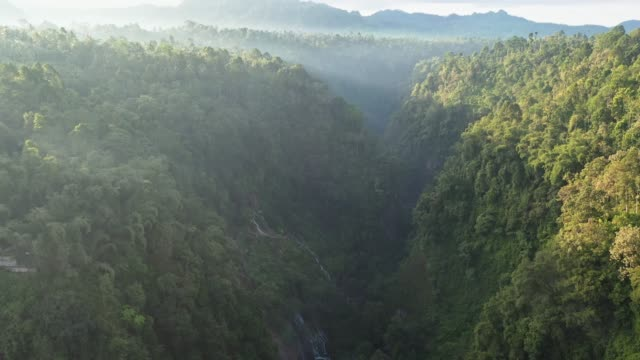 vídeos de stock e filmes b-roll de scenic aerial view of tumpak sewu  waterfall on java - indonesia