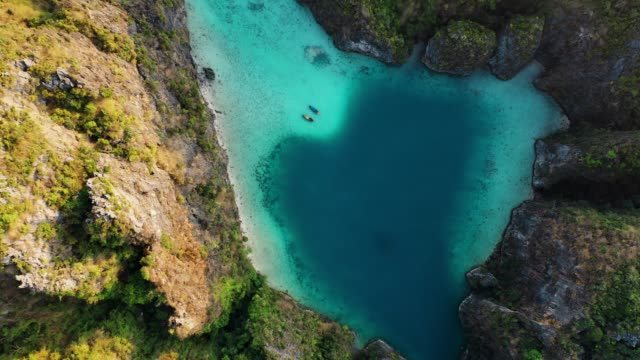 vídeos de stock e filmes b-roll de scenic aerial view of two boats on sea in thailand - ilhas phi phi