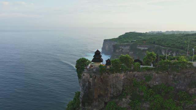 vidéos et rushes de vue aérienne scénique du temple d'uluwatu sur bali - temple