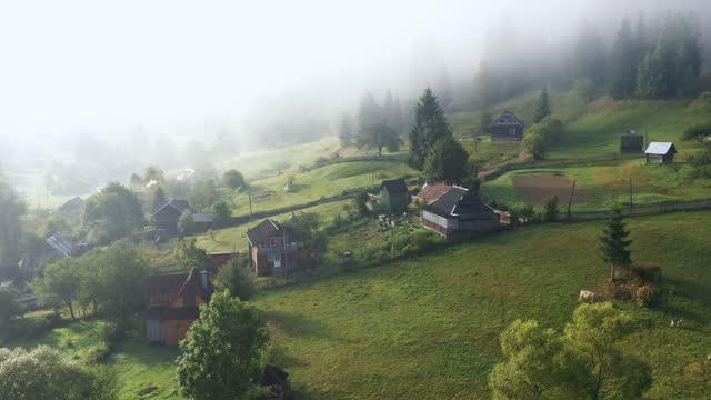 vídeos de stock, filmes e b-roll de vista aérea cênica da aldeia nas montanhas - ucrânia