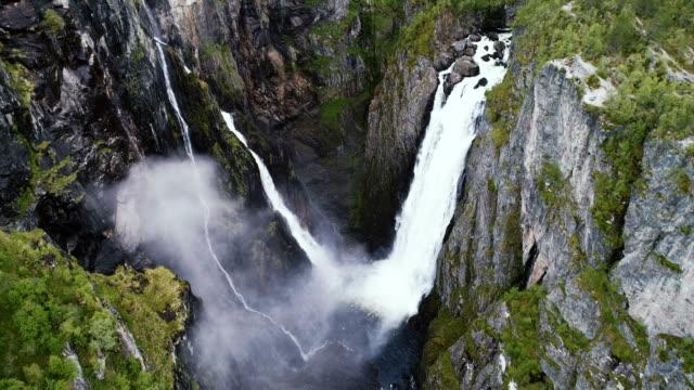 Mooie luchtfoto van Voringfossen waterval en de rivier
