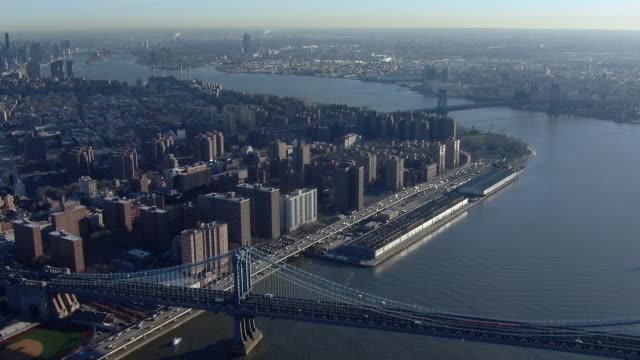 scenic aerial view over the manhattan bridge in new york city. the bridge spans the east river between manhattan and brooklyn. - manhattan brücke stock-videos und b-roll-filmmaterial