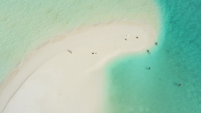 熱帯の太陽が降り注ぐビーチ、モルディブに ws 風景空撮人 - 30秒以上点の映像素材/bロール