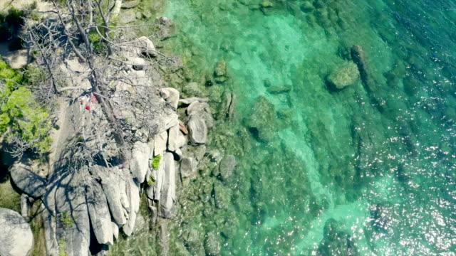 stockvideo's en b-roll-footage met schilderachtige luchtfoto's op het prachtige tahoe lake. kristalhelder water en heldere zomer kleuren. - sunny
