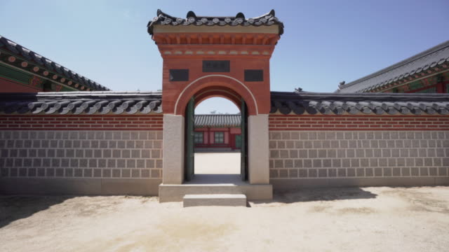 scenic archway in gyeongbokgung palace, pov - arco architettura video stock e b–roll