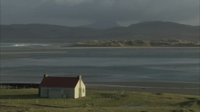 ws scenic cottage by the sea in the hebrides on the west coast of scotland - landhaus stock-videos und b-roll-filmmaterial