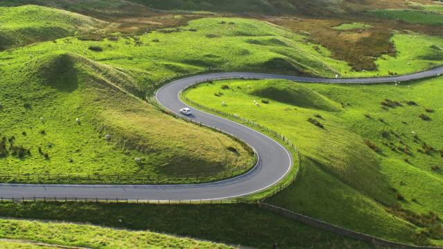 stockvideo's en b-roll-footage met scenic curving road in the english peak district.4k. - stilstaande camera