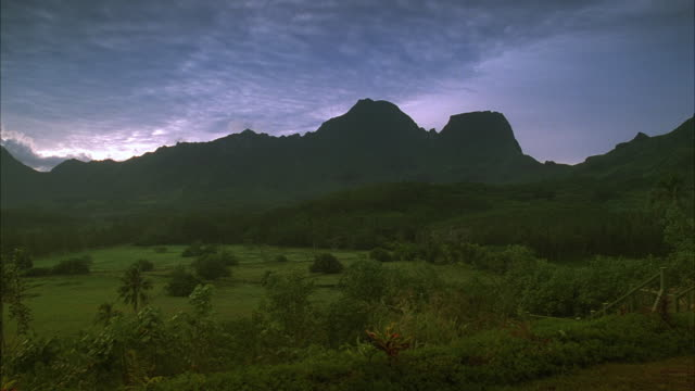 vídeos de stock, filmes e b-roll de ws ds. pan scenic landscape with tahiti mountains and dormant volcano / tahiti, french polynesia - territórios ultramarinos franceses