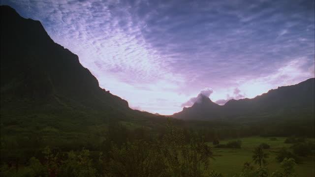 vidéos et rushes de ws ds. pan scenic landscape with tahiti mountains and dormant volcano / tahiti, french polynesia - angle de prise de vue