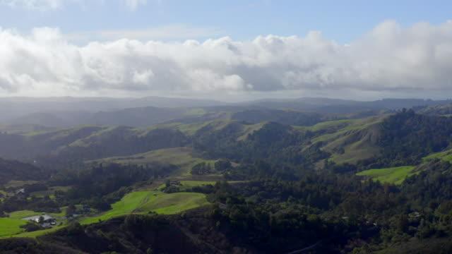 stockvideo's en b-roll-footage met schilderachtige landschappen van santa cruz mountains, californië. drone luchtfoto's. - santa cruz californië