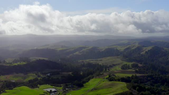 カリフォルニア州サンタクルス山脈の美しい風景。ドローンの空中映像。 - カリフォルニア州サンタクルーズ点の映像素材/bロール