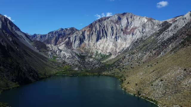 scenic mountain lake in california, aerial - 広角撮影点の映像素材/bロール
