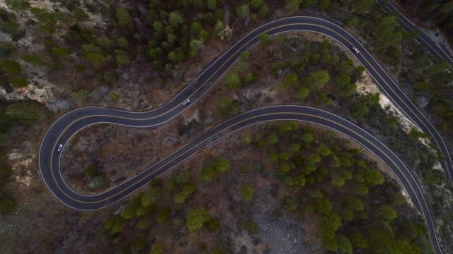 vidéos et rushes de scenic serpentine highway 89a entre sedona et flagstaff, arizona, dans le crépuscule. drone aérien regardant vers le bas la vidéo avec la caméra statique. - sedona