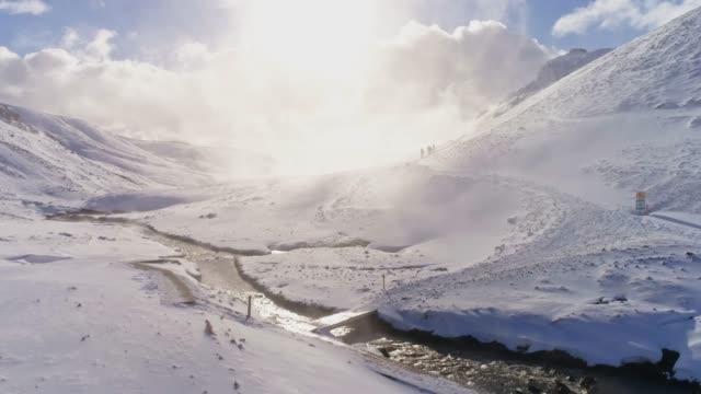 vidéos et rushes de ws scenic snowy vue enneigée ensoleillé montagne, islande - vallée