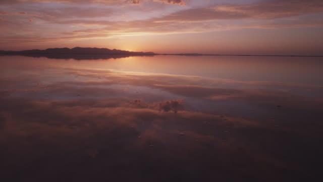 stockvideo's en b-roll-footage met scenic sunset over utah lake - utah