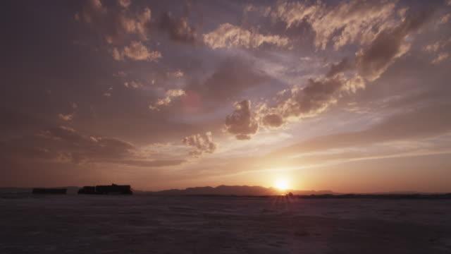 stockvideo's en b-roll-footage met scenic sunset over vast utah salt flat - utah