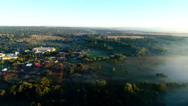 vídeos de stock e filmes b-roll de scenic sunsets over suburban johannesburg/ south africa - joanesburgo