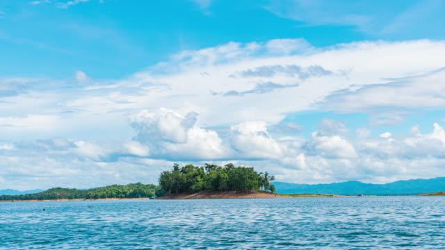 t/l scenic tropische insel im see mit blauen himmel und wolken bewegen - tropischer baum stock-videos und b-roll-filmmaterial