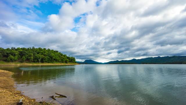 t/l tu scenic tropische insel im see mit blauen himmel und wolken bewegen - tropischer baum stock-videos und b-roll-filmmaterial