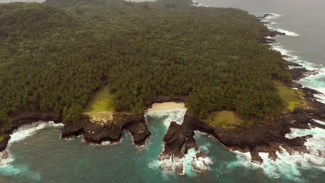 vídeos de stock e filmes b-roll de scenic tropical island small beach from above - island