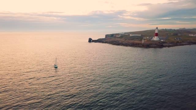 stockvideo's en b-roll-footage met schilderachtig uitzicht vliegen boven portland bill vuurtoren - dorset uk kustlijn landschap - cornwall engeland