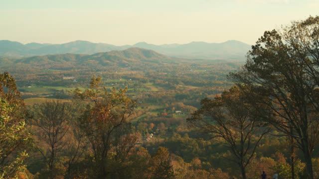 風光明媚なブルー ・ リッジ山からの眺めを見落とすシャーロッツビル、バージニア州、米国で近くのハイウェイ 64 - バージニア州点の映像素材/bロール