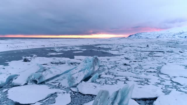 ws scenic view icebergs,jokulsarlon lagoon,iceland - ice stock videos & royalty-free footage