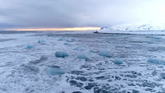 ws scenic view icy ocean seascape,black beach,iceland - 10 o più secondi video stock e b–roll