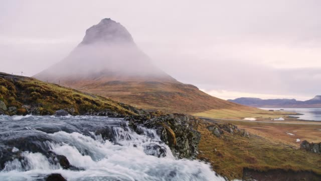 ws scenic view kirkjufell berg und wasserfall, island - wasserfall stock-videos und b-roll-filmmaterial