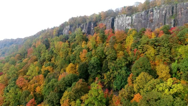 scenic view of autumn foliage along palisades cliffs along the hudson river in new jersey - water's edge stock videos & royalty-free footage